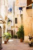 BARI, ITALIË - JULI 11, 2018, Weergeven van een smalle straat in de Italiaanse stad Bari royalty-vrije stock foto's