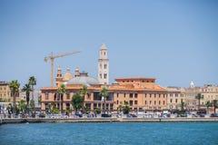 BARI, ITALIA - JULIO 11,2018, vista de la costa de Bari dominada por el teatro de Margherita y San Sabino Cathedral foto de archivo libre de regalías