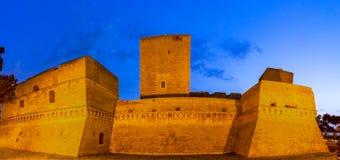 Bari Italien, Puglia: Gatasikt av den Swabian slotten eller Castelloen Svevo Arkivfoto