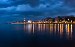 Bari Italy nocy pejzażu miejskiego linia brzegowa od morza miasta świateł Zdjęcie Stock