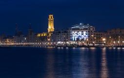 Bari nadbrzeża nocy Citylights pejzaż miejski Linia brzegowa przy zmierzchem Fotografia Royalty Free
