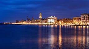Bari nattcityscape och sjösida stadsljus på aftonen Arkivfoton