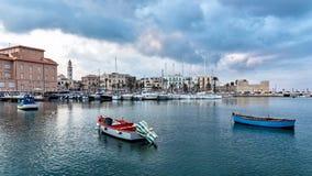 Bari, paisaje urbano de la ciudad y de la orilla del mar viejas fotos de archivo