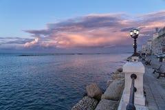Bari sjösida på solnedgången intensiva färger, blå himmel, landskap ro Arkivfoto