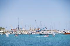 BARI, WŁOCHY, LIPIEC 11,2018, żurawie i łodzie w porcie Bari, -, ludzie wodniactwo zdjęcia royalty free