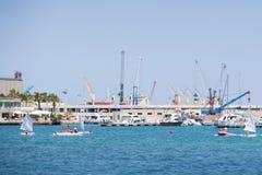 BARI, WŁOCHY, LIPIEC 11,2018, żurawie i łodzie w porcie Bari, -, ludzie wodniactwo, Apulia, Włochy zdjęcie stock