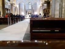 Bari, Zuid-Italië, Basiliek van San Nicolas, 29-09-2017: Echtpaar om kerkhuwelijk te vieren Royalty-vrije Stock Afbeelding