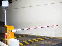 Bariery bramy przerwa z ruchów drogowych rożkami i cctv obrazy stock