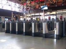 Bariery przy kolei lub linii kolejowej stacją. fotografia stock