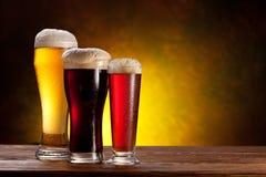 Baril de bière avec des glaces de bière sur une table en bois. Photographie stock libre de droits