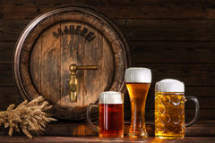 Baril de bière avec des verres de bière Photo libre de droits