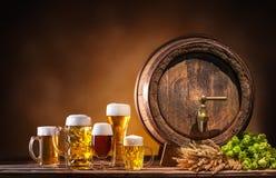 Baril de bière d'Oktoberfest et verres de bière Photographie stock libre de droits