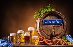 Baril de bière d'Oktoberfest et verres de bière Photos stock