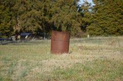 Baril de brûlure à une résidence rurale image stock