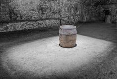 Baril de cave et de vin sous la lumière photo stock