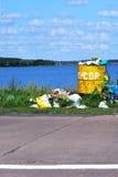 Baril de débordement avec des déchets et élimination des déchets sur le waterf Image libre de droits