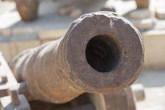 Baril de vieux canon à un fort de tabouret Image stock