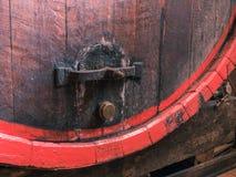 Baril de vin empilé dans la vieille cave de la fin d'établissement vinicole  image libre de droits