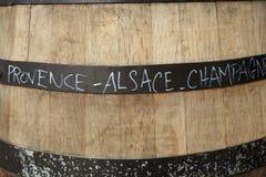 Baril de vin en bois affichant des régions françaises de vin photographie stock