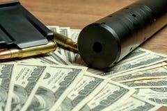 Baril, dispositif antiparasite et cartouches de fusil sur l'argent Concept pour le crime, massacre de contrat, assassin payé, ter images stock