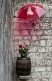 Baril en bois avec des floers sous le parapluie Photographie stock