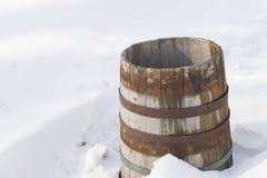Baril en bois de chêne dans la neige dans le village Photographie stock libre de droits