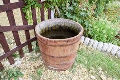 Baril en bois rempli avec de l'eau Photo libre de droits