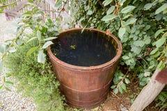 Baril en bois rempli avec de l'eau Images stock