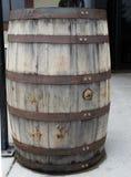 Baril en bois superficiel par les agents avec les bandes en acier Image stock
