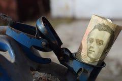 Baril en métal et argent ukrainien, le concept du coût d'essence, diesel, gaz Remplissage de la voiture Hryvnia du billet de banq photos libres de droits