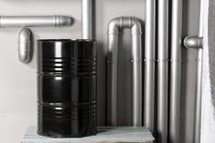Baril et tuyauterie noirs - concept Réseau de pipe-lines argenté dans l'usine de pétrole brut images stock
