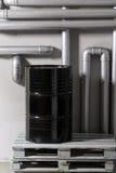 Baril et tuyauterie noirs - concept Réseau de pipe-lines argenté dans l'usine de pétrole brut photo libre de droits