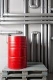 Baril et tuyauterie rouges - concept Réseau de pipe-lines argenté dans l'usine de pétrole brut images stock