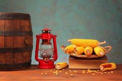 Baril, lanterne et maïs en bois Photos stock