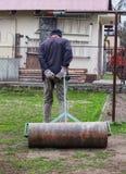 Baril lourd de fer de roulement adulte d'homme pour un meilleur jardin de condition après l'hiver L'humain utilise l'équipement f photos stock