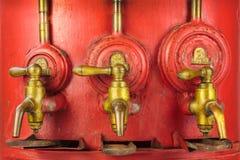 Baril rouge de vintage avec trois robinets photographie stock libre de droits