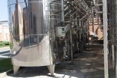 Barile del cromo del metallo per la foto del vino Tubi dell'acciaio inossidabile e barilotti come componente dell'attrezzatura de Immagine Stock