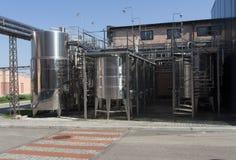 Barile del cromo del metallo per la foto del vino Tubi dell'acciaio inossidabile e barilotti come componente dell'attrezzatura de Fotografia Stock Libera da Diritti