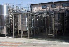 Barile del cromo del metallo per la foto del vino Tubi dell'acciaio inossidabile e barilotti come componente dell'attrezzatura de Immagini Stock Libere da Diritti