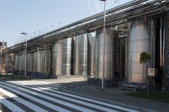 Barile del cromo del metallo per la foto del vino Tubi dell'acciaio inossidabile e barilotti come componente dell'attrezzatura de Immagine Stock Libera da Diritti