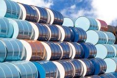 Barili da olio ad area della raffineria di petrolio Fotografia Stock