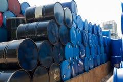 Barili da olio o tamburi chimici impilati in su Fotografia Stock