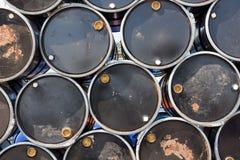 Barili da olio o tamburi chimici impilati in su Fotografie Stock