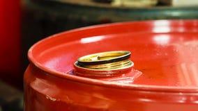 Barili da olio rossi nel servizio dell'automobile del garage del meccanico o Fotografie Stock