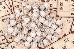 Barili del lotto sulle carte Immagini Stock