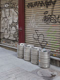 Barili di birra sulle vie di Madrid Fotografia Stock Libera da Diritti