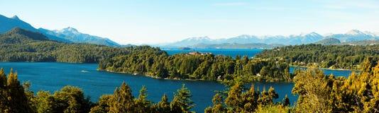 Bariloche和其湖,阿根廷全景视图  免版税图库摄影