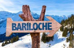 Bariloche-Holzschild mit Alpenhintergrund Stockbild