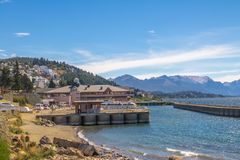 Bariloche-Skyline und Puerto San Carlos Harbor bei Nahuel Huapi Lake - Bariloche, Patagonia, Argentinien Lizenzfreies Stockfoto