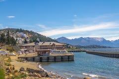 Barilochehorizon en Puerto San Carlos Harbor in Nahuel Huapi Lake - Bariloche, Patagonië, Argentinië royalty-vrije stock foto